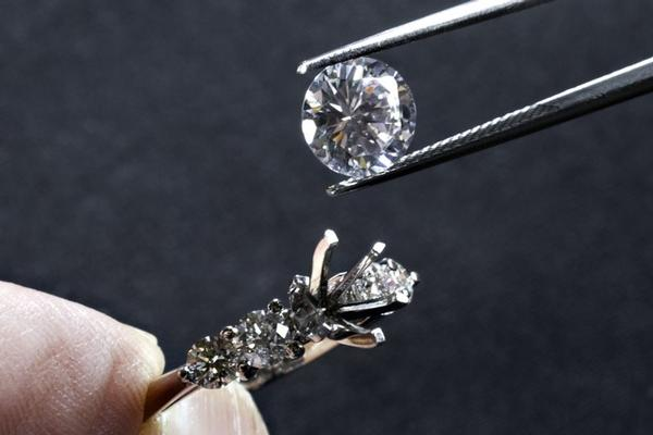 Graded diamond dealer in Berkshire and Buckinghamshire, Monford Diamonds.